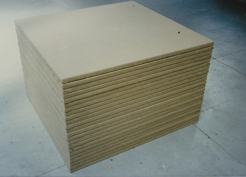 AG; 1989; Stapel van 23 onbehandelde doeken; Stack of 23 unprepared canvasses, 100x 100x70 cm;